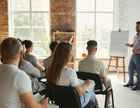 Photographie d'un groupe de personnes en formation pour illustrer le DESJEPS