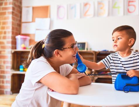 Photographie d'une adulte et d'un jeune enfant en pour illustrer le CAP AEPE