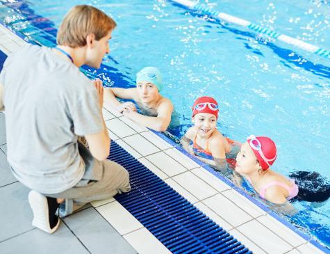 Photographie d'enfants et d'un encadrant à la piscine illustrant le BPJEPS