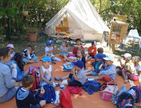Photographie d'un groupe d'enfants et d'une animatrice illustrant le BPJEPS
