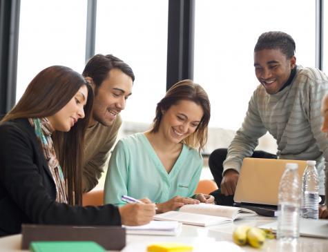 Photographie d'un groupe de personnes qui étudie pour illustrer le DEJEPS
