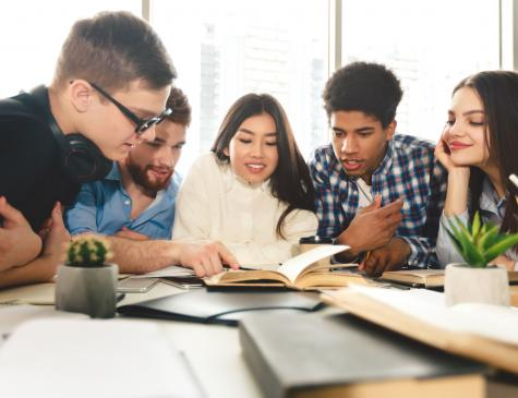Photographie de jeunes adultes qui étudient pour illustrer la formation CPJEPS