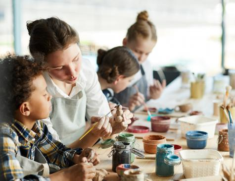 Photographie d'une animatrice et d'enfants durant une activité illustrant le CQP