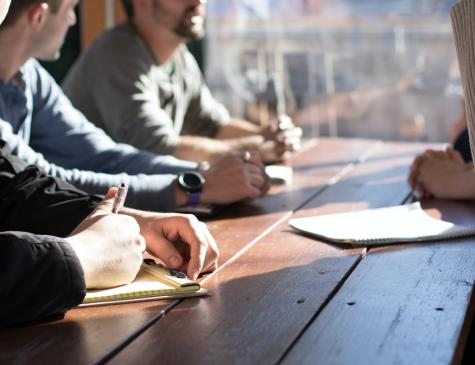 Photographie d'un groupe de personnes échangeant pour illustrer le DEJEPS