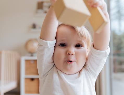 Photographie d'un enfant en bas âge en train de jouer pour illustrer le DEAP