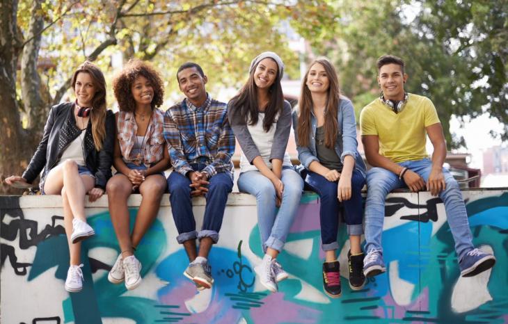 Photographie d'un groupe de jeunes adultes