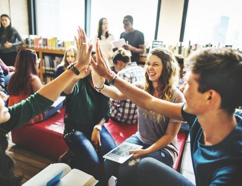 Photographie d'étudiants dans une bibliothèque